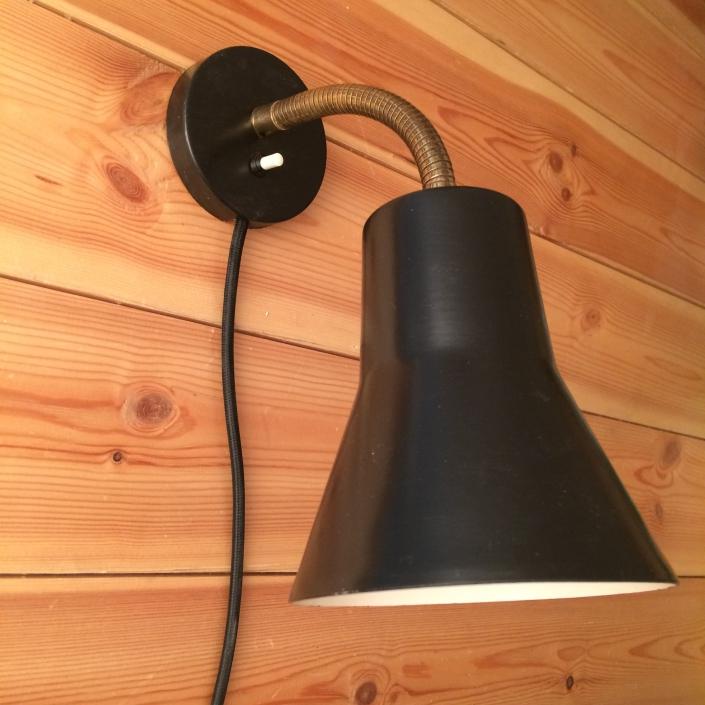 Vintage væglampe i sort metal og arm i messing